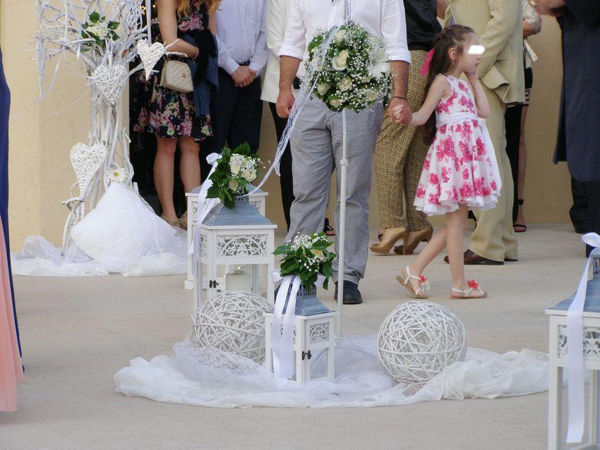 εξωτερικός στολισμός του γάμου σας στην εκκλησία περιλαμβάνει τριαντάφυλλα σε κασπώ και μπάλες, φανάρια